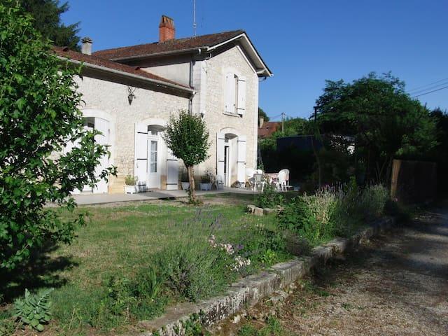 Charmante petite gare rénovée avec goût - Bergerac - Maison