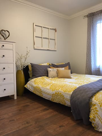 Charming bedroom with private bathrooms - Waterloo