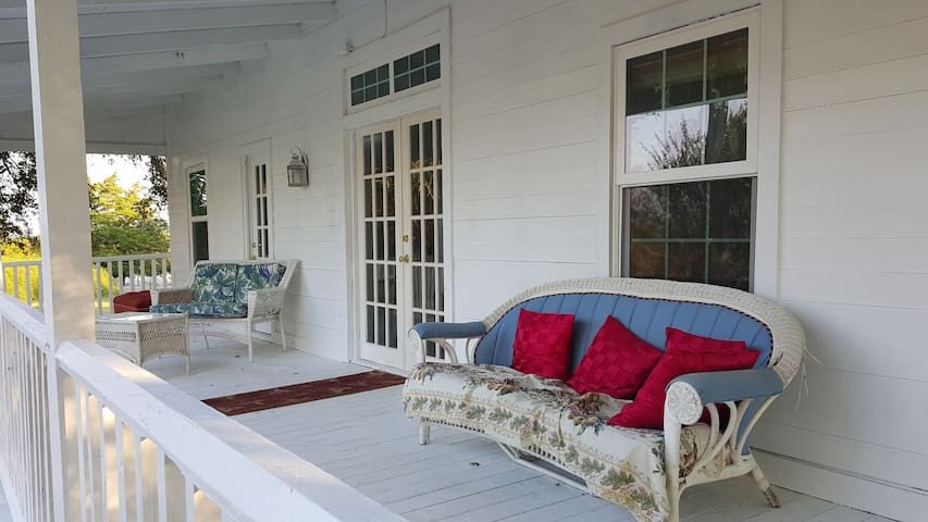 Shelby Historic Inns(Ranch House) - Round Top - Bed & Breakfast