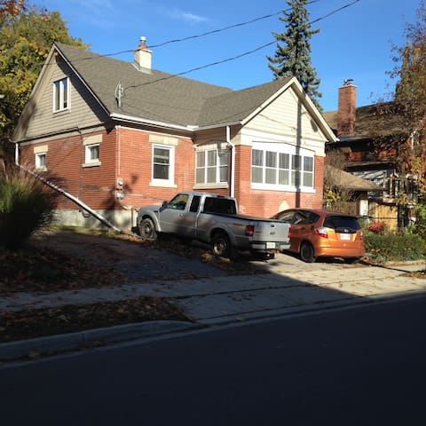 Charming 2 Story Home Centrally Located - Kitchener - Hus