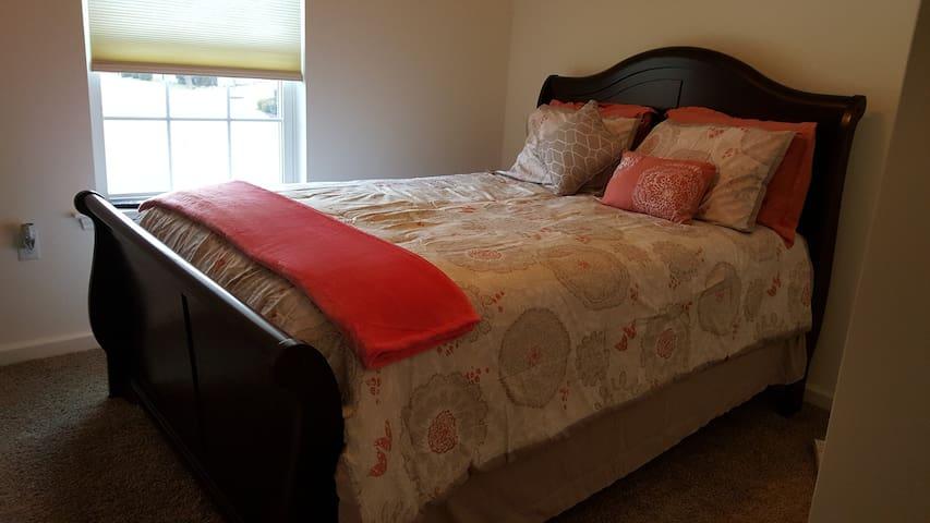 GUEST BEDROOM, PRIVATE BATHROOM, WIFI/ 50 IN TV - State College - Leilighet