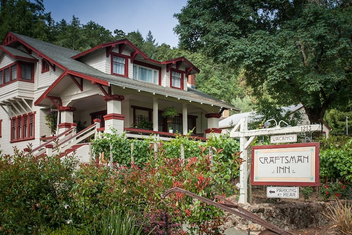 Queen Room at the Craftsman Inn - Calistoga - Bed & Breakfast