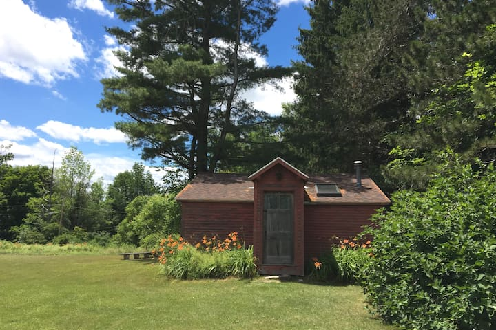 Charming private cabin on 65 acres, very peaceful. - Shaftsbury