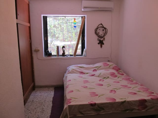 Vintage house, blossoming backyard, 10 mins 2 TLV - Bat Yam - Huis