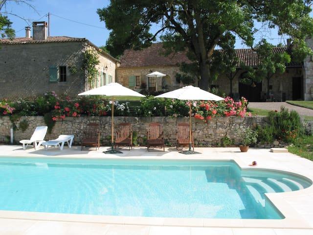 La Poterie, a spacious authentic cottage with view - Savignac-de-Duras - Huis