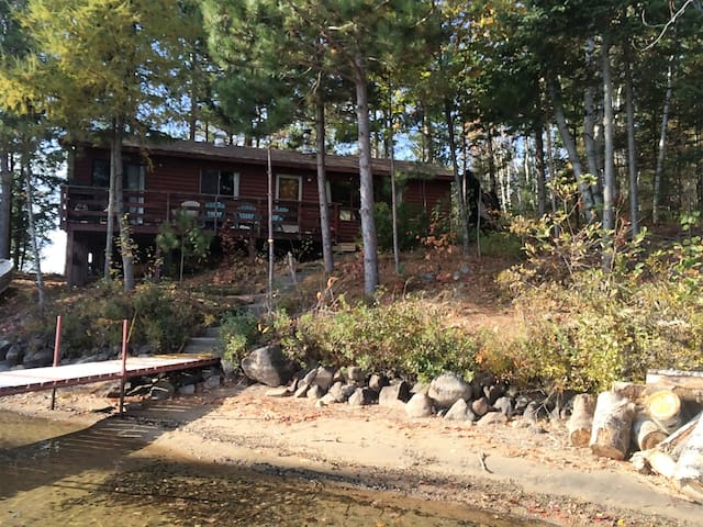 Waterfront Cottage located on tranquil Paugh Lake - Barry's Bay - Mökki