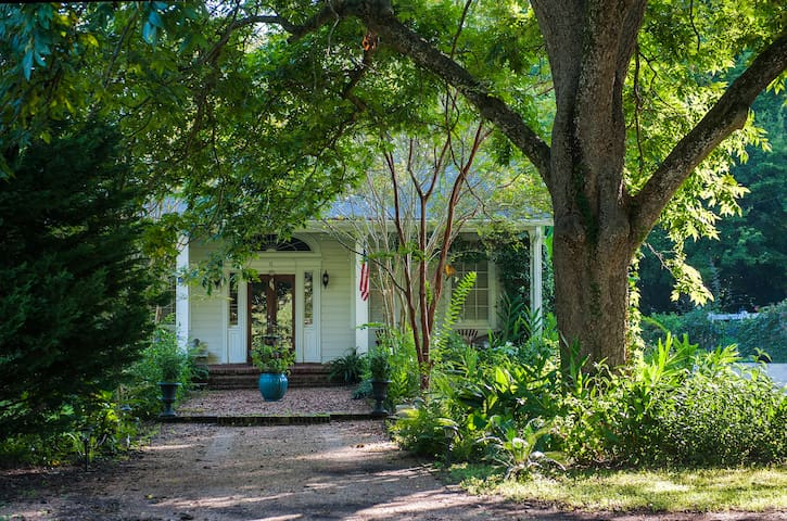 Southern-style home, just a short walk to downtown - Natchez - Huis