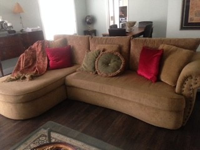 Comfortable sofa for low cost stay - Thousand Oaks - Huis