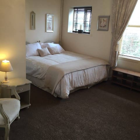 City Centre Separate Studio Apartment With Parking - Hereford