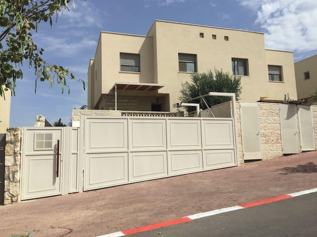 Great house 30 min from tel aviv - Sharee tikva  - 獨棟