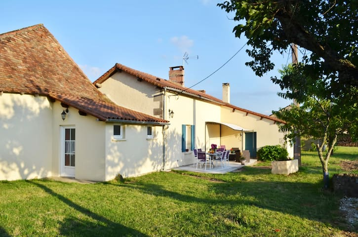 Peaceful cottage w countryside view - Les Lèches - Hus
