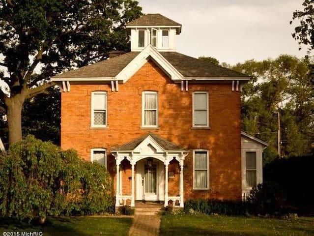 #2 Wm. B. Lakey House J. Steinbeck Room - Muskegon - Дом