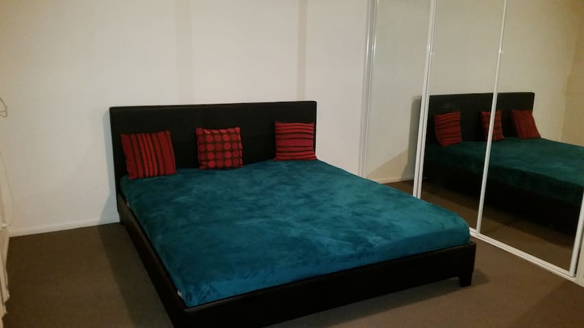 Master Bedroom with King Size Bed - Birkdale - Casa