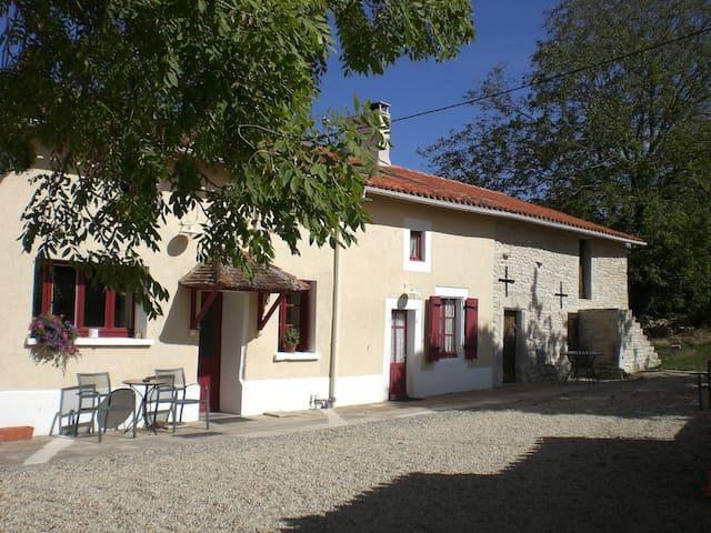 2-bed/2 en-suite 19c rural cottage - Benest