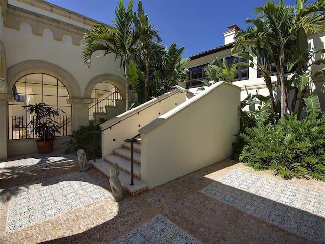 Mediterranean-inspired villa surrounded by  Grdens - サニベル - 別荘