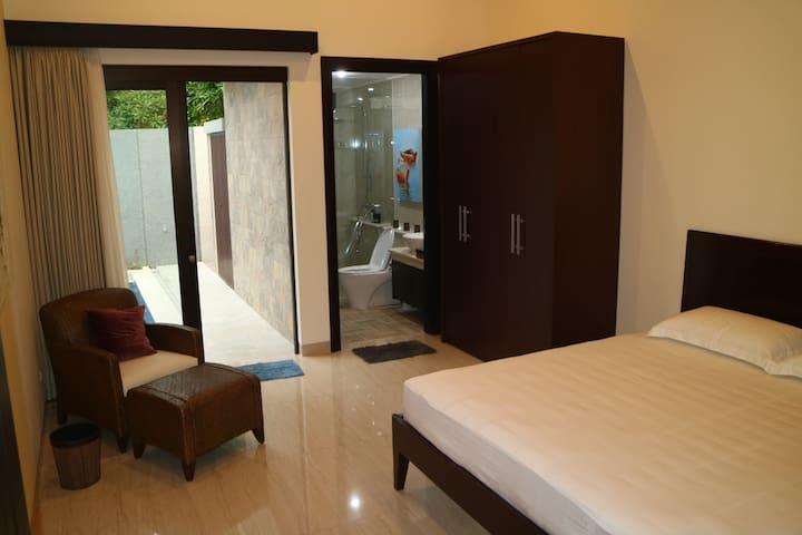 King size bed access to pool - Tangerang - Huis