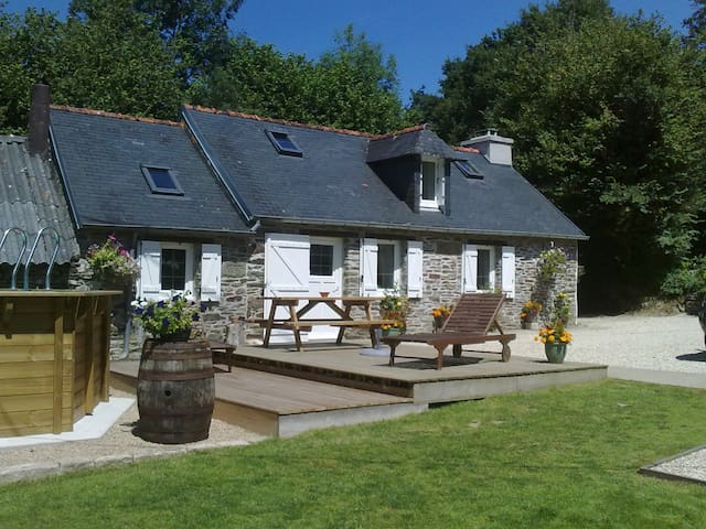 Petite, 1 bedroomed cottage - Châteauneuf-du-Faou