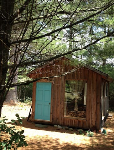 Artsy Pine Cabin in the Woods - Warwick - Cabaña