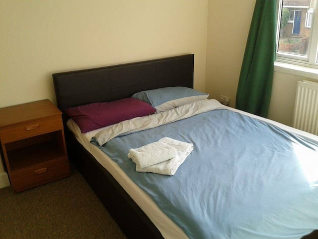 Lovely private room in quiet area, close to shops! - Hayes