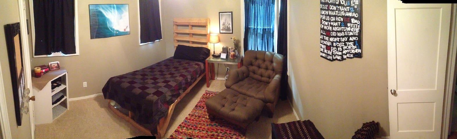 Pallet Room @ Redmond Retreat - Warr Acres