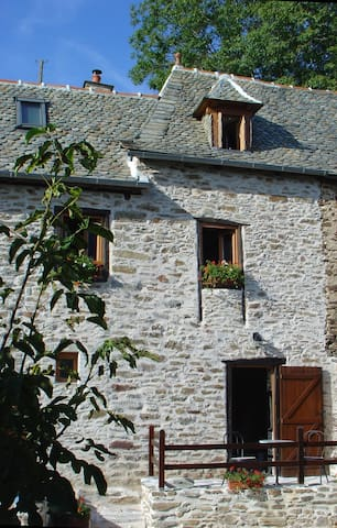 Beautiful stone cottage close to River Lot - Vieillevie - Talo