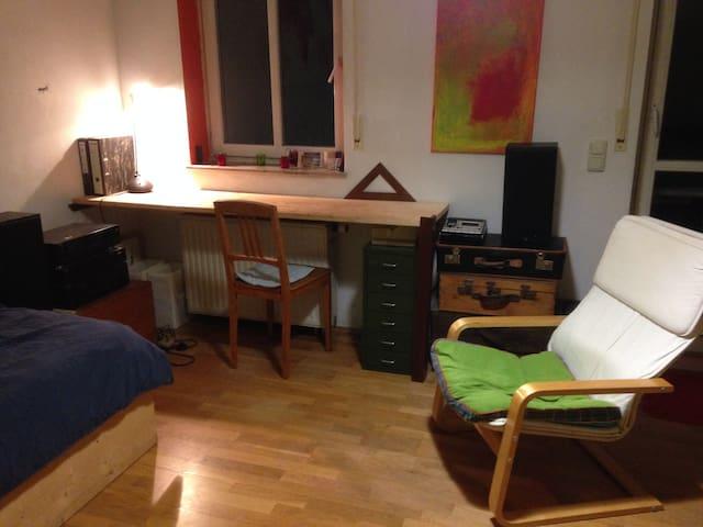 ruhiges Zimmer in Künstler WG - Munich - Hus