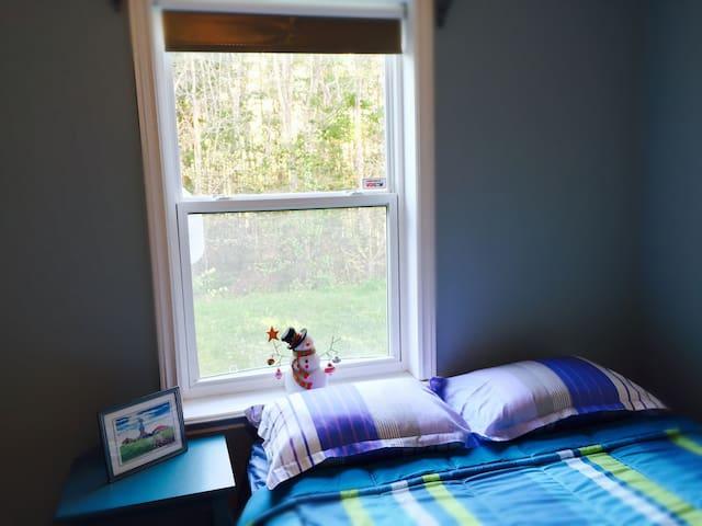 Private Queen Bedroom, Living room & full Bathroom - Halifax - Huis