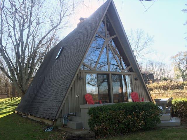 A unique lakefront a-frame cottage - Battle Creek - Houten huisje