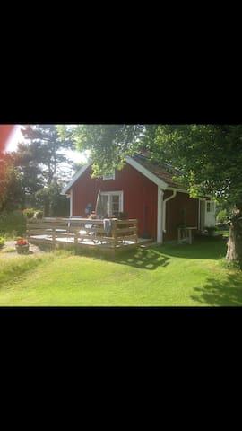 Pettsontorp med två gäststugor - Norrtälje  - Hytte