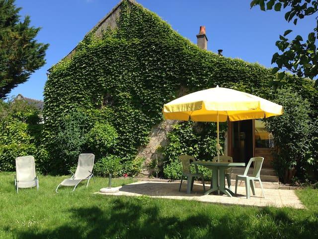 Petite maison typique de la région - Saint-Benoît-la-Forêt - Hus