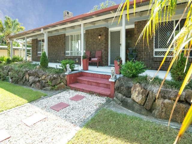 Gorgeous Large Home with Office work space - Loganholme - Huis
