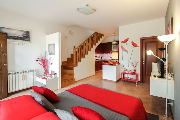 LOVELY FLAT + PRIVATE PARKING (METRO Ostia Antica) - Ostia Antica - Rumah