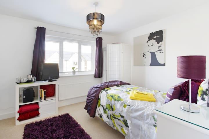 Stylish room new home, fab location - 米爾頓凱恩斯