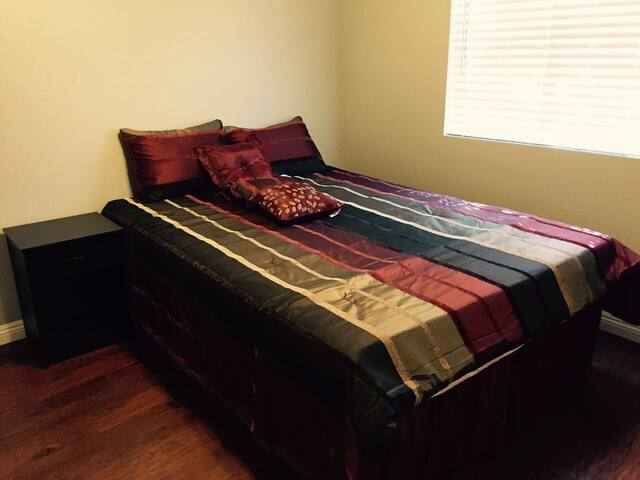 Queen bed. Shared Bath. Self Check-in/out - West Covina