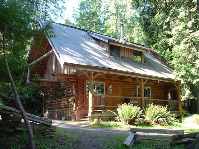 the Little Log Cabin, private, peaceful, cozy - Pender Island - Kisház