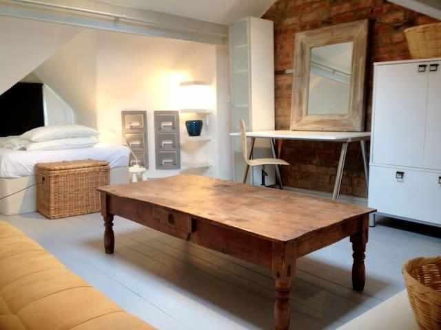 Attic room & private lounge in fabulous village - Boston Spa - Casa
