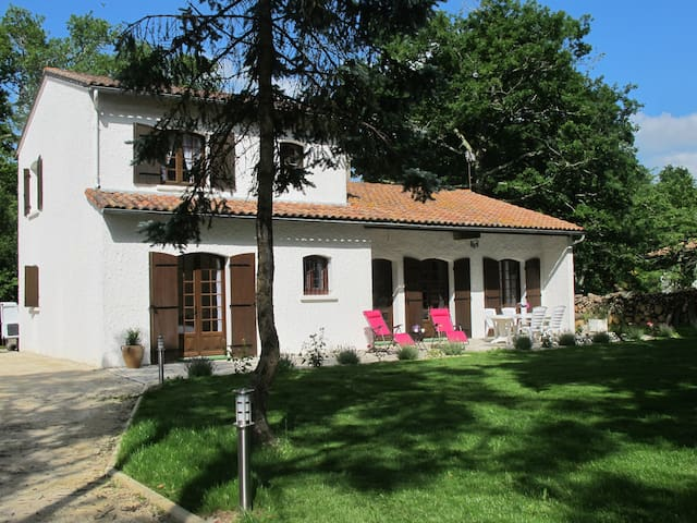 Villa 4 étoiles meublée avec parc boisé 2 à 8 pers - Ozillac - Service appartement