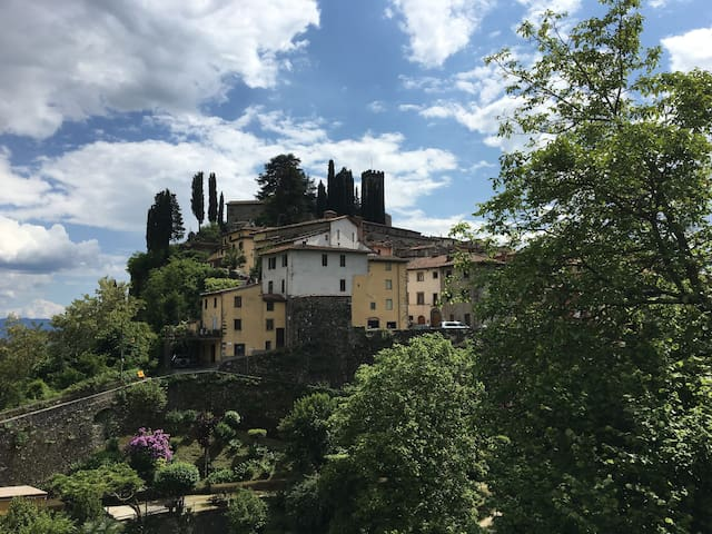 Classic Tuscan Garden Home in the Old Walled City - Barga - Leilighet