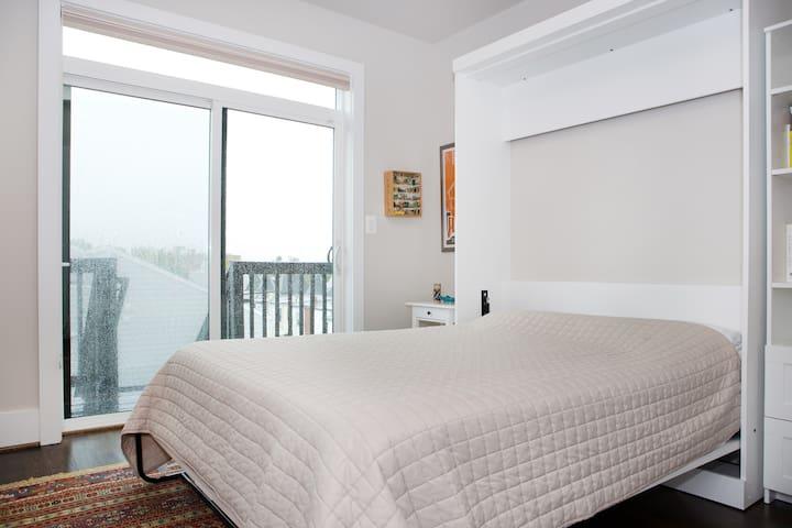 Sunny private room & bathroom in Columbia Heights - Washington - Loft