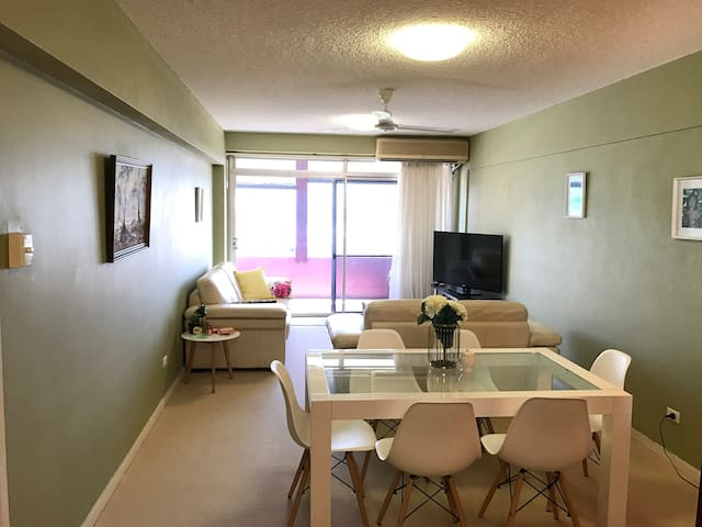 Inner city apartment with amazing views and aircon - Townsville City - Lejlighed