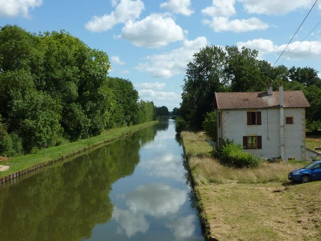 Quiet apartment on the canal - Bourg-le-Comte - Apartamento