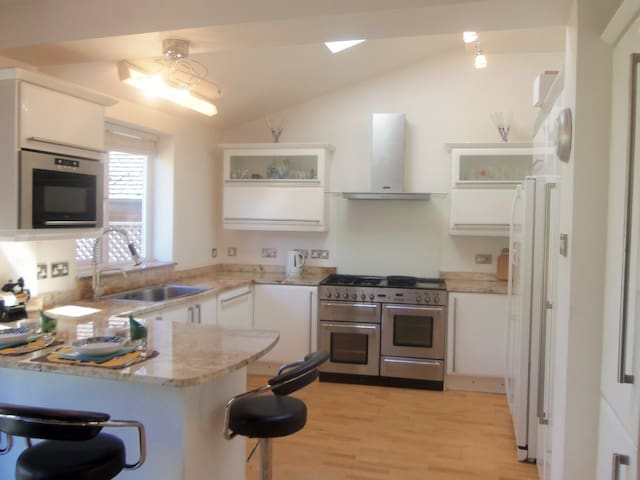 Spacious, bright and friendly home - Liverpool - Huis