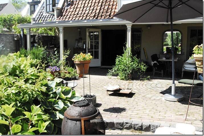 Huis aan rivier de Vecht, met sloep - Nieuwersluis