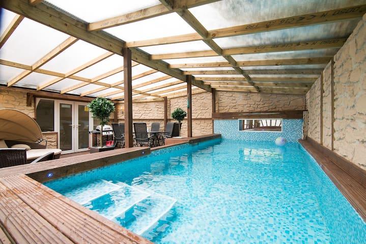 Swimming pool, hot tub crazy golf - Salford - Hus