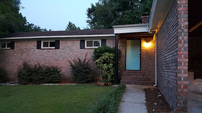 Beautiful, cozy, home in a VERY central location - Hanahan - Casa
