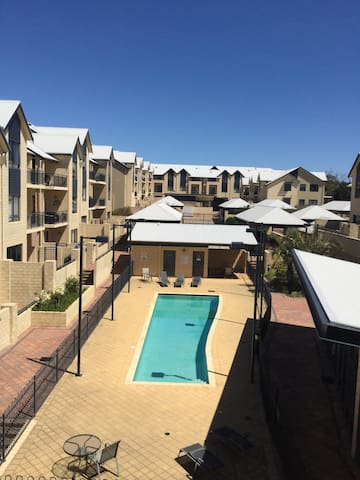 Pool, gym, views, location! - Joondalup - Leilighet