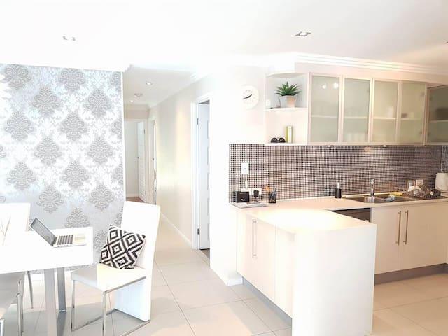 Southport Duplex w/CBD & GC's best @ it's doorstep - Southport - Villa