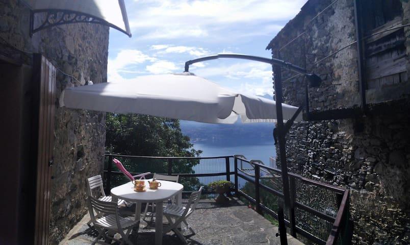 Incantevole baita con stupenda vista lago - Santa Maria Rezzonico - Huis
