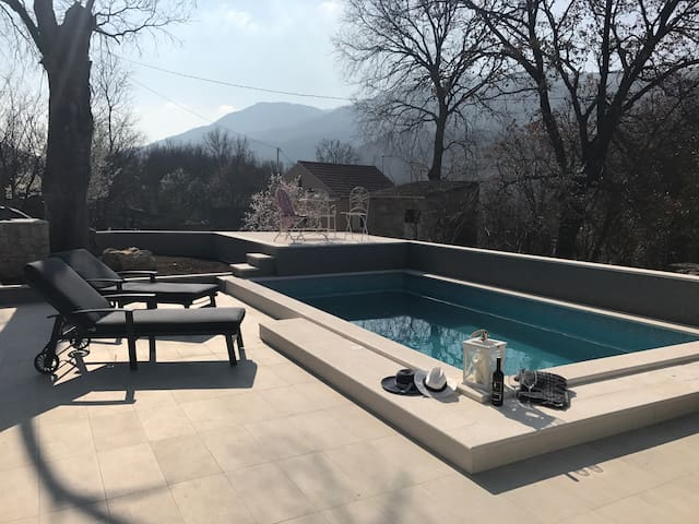 Little cozy house Mia with pool and jacuzzi in! - Dugopolje