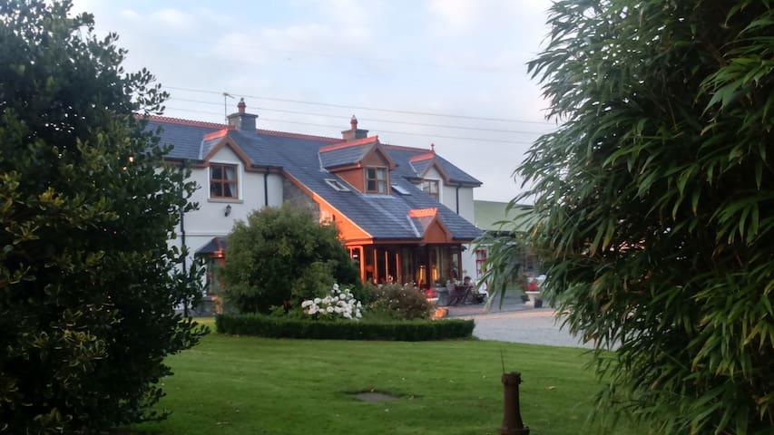 Ardsollus Farm; Beautiful Countryside Setting, - Ennis - Casa